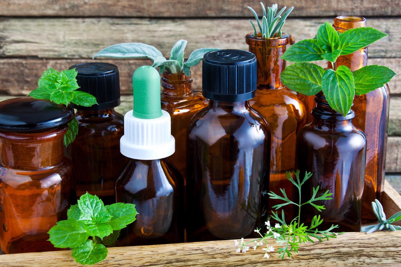 Flaschen mit ätherischen Ölen
